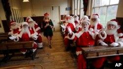 """Para siswa sekolah khusus 'Sinterklas' """"The Ministry of Fun Santa School"""" di Museum Sekolah Ragged di London timur, mengikuti sesi pemotretan, 16 November 2017. (Foto: dok)."""