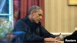 美国总统奥巴马与美国卫生与公众服务部长西尔维娅.伯韦尔电话 交谈,听取应对埃博拉的汇报