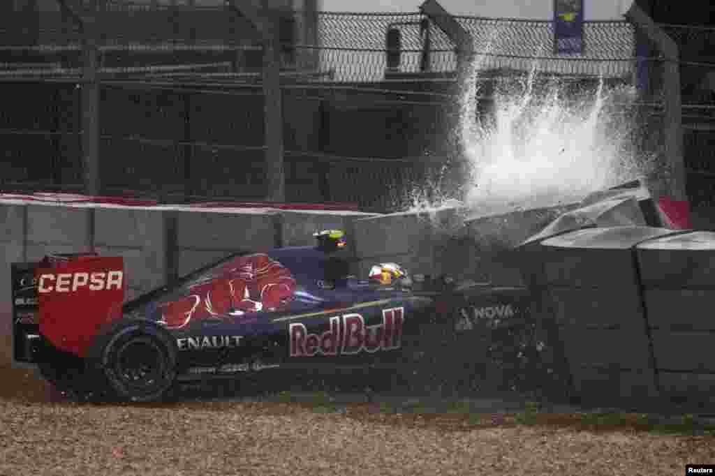 លោក Carlos Sainz Jr អ្នកប្រណាំងឡានToro Rosso របស់អេស្ប៉ាញមានគ្រោះថ្នាក់ ក្នុងពេលប្រកួត F1 Grand Prix របស់អាមេរិក នៅទីលានប្រកួត Circuit of The Americas នៅក្នុងក្រុង Austin រដ្ឋ Texas សហរដ្ឋអាមេរិក។