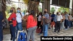 Venezuela'da aşı kuyruğunda bekleyenler