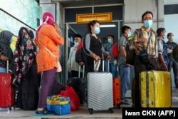 Buruh migran Indonesia tiba dari Malaysia di pelabuhan Bandar Sri Junjungan di Dumai, Riau pada 2 April 2020, setelah Indonesia menyatakan keadaan darurat pada 31 Maret akibat virus corona melonjak. (Foto: AFP/Iwan CKN)