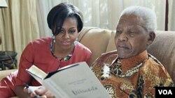 El ex presidente Mandela escribió una dedicatoria en su libro, para la primera dama, Michelle Obama, durnate el encuentro en Houghton, Sudáfrica.