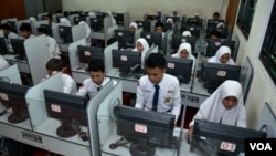 Para pelajar sedang mengikuti pembelajaran di ruang komputer (foto:Ilustrasi VOA/Petrus Riski).