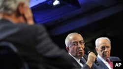 Salam Fayyad, Prime Minister of the Palestinian National Authority speaks in a panel discussion 'Peace and Beyond in the Middle East' as Israeli President Shimon Peres, right, listens during Clinton Global Initiative Meetings in New York, 21 Sep 2010 (fil