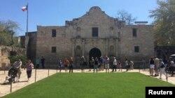 Du khách tại lối vào Alamo, nơi được nhiều người đến tham quan nhất trong tiểu bang, ở San Antonio, Texas, 2/3/2015.