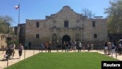 ورودی قلعه تاریخی آلامو در تگزاس