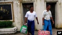 Tahanan politik Myanmar, Win Thaw (kiri) dan Win La (kanan), saat dibebaskan dari penjara Insein, Ranggon (Yangon), 23 Juli 2013 (Foto: dok).