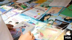 A high school student scans for Khmer novels in a book store, Phnom Penh, Cambodia, March 11, 2017. (Khan Sokummono/VOA Khmer)