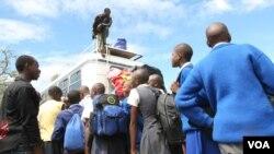 Zivuliwe izikolo abazali bekhonona ngokuzwelekala kwemali yokubahlawulela ama tuition lama school fees.