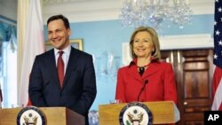 Poland's Foreign Minister Radoslaw Sikorski (left) and U.S. Secretary of State Hillary Clinton