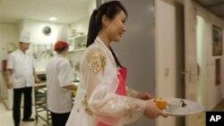 지난 3월 네덜란드의 '암스테르담 평양 레스토랑'에서 근무 중인 북한 종업원.