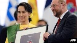 Bà Aung San Suu Kyi và Chủ tịch Nghị viện Châu Âu Martin Schulz, tại buổi lễ trao giảiSakharov ở Strasbourg, Pháp, 22/10/13
