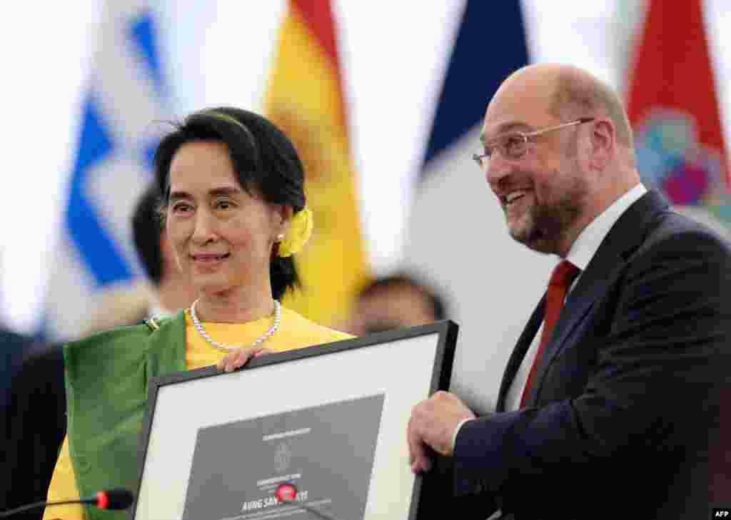 Kiongozi wa upinzani wa Burma Aung San Suu Kyi akisimama na Rais wa bunge la Ulaya Martin Schulz katika Bunge la Ulaya mjini Strasbourg, mashariki ya Ufaransa baada ya kupokea tunzo yake ya haki za binadam ya Sakharov, alotunzwa mwaka 1990 wakati wa ukandamizaji wa kijeshi huko Burma..