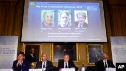 스웨덴 왕립과학원 노벨위원회 관계자들이 14일 올해 노벨 경제학상 수상자를 발표하고 있다. 시카고대의 유진 파마 교수와 라스 피터 핸슨 교수, 예일대의 로버트 실러 교수 등 미국 경제학자 3인이 수상했다.
