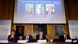 Представители Шведской Королевской Академии наук объявляют лауреатов премии памяти Альфреда Нобеля Юджина Фама, Ларса Питера Хансена и Роберта Шиллер. Стокгольм. 14 октября 2013 г.