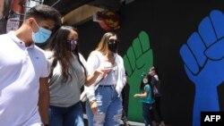 Ljudi sa maskama hodaju Stazom slavnih u Hollywoodu, 30. juna 2020.