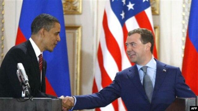 PM Rusia Dmitry Medvedev (kanan) akan mewakili Vladimir Putin pada KTT G8 di Camp David, AS minggu depan (foto: dok).