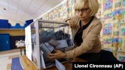 法國選舉工作人員在處理選票