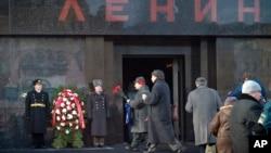 俄羅斯共產黨支持者在創始人列寧的墓前安放鮮花。