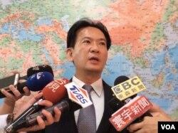民进党立法委员林俊宪2017年5月18日在立法院接受采访(美国之音记者申华 拍摄)