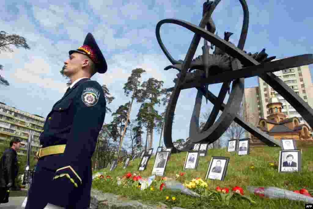 Почетный караул у памятника жертвам трагедии в Чернобыле. Фото сделано 26 апреля 2007 года