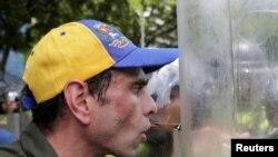Venezuelan opposition leader Henrique Capriles talks to riot police during a rally to demand a referendum to remove President Nicolas Maduro in Caracas, Venezuela, June 7, 2016.