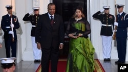FILE- King Mswati III of Swaziland and wife Inkhosikati La Mbikiza arrive for a dinner hosted by President Barack Obama for the U.S.-Africa Leaders Summit, at the White House in Washington, Aug. 5, 2014.(file photo)