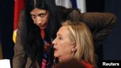 Гілларі Клінтон з радницею Гумою Абедін