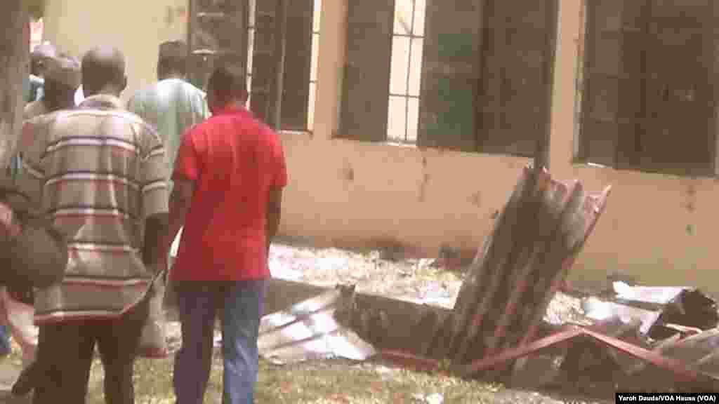 Gungun mutane na kallon makarantar sakandaren gwamnati na Chibok inda 'yan bindiga suka sace fiye da dalibai dari biyu a Chibok,Najeriya. An dauka hoto 21 ga Afrilu 2014.