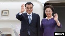 21일 캐나다 오타와 국제공항에 도착한 리커창 중국 총리와 부인 청훙 여사가 환영객들을 향해 손을 흔들고 있다.