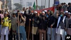اسلام آباد دھرنا میں شامل لٹھ بردار