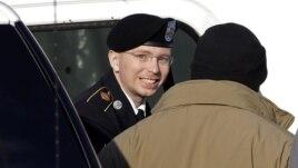 Firabiti Bradley Manning, a tsakiya, yana fitowa daga motar jami'an tsaro zai shiga kotu a Fort Meade, Jihar Maryland