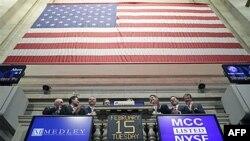 Các viên chức điều hành của Medley dự buổi rung chuông mở cửa thị trường chứng khoan New York hôm 15 tháng 2, 2011