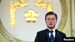 韩国总统文在寅在他上任100天时举行记者会。(2017年8月17日)