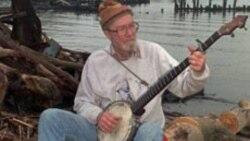 پیت سیگر در ساحل رودخانه هادسن - نیویورک، ماه مه ۱۹۹۶