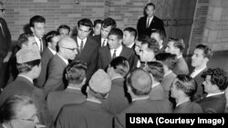 محمد ظاهر شاه هنگام دیدار با محصلین افغان در دانشگاه ویومینگ ایالات متحده امریکا