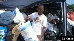 Simão Hossi ajudando na recolha de alimentos e vestuários para as populações do Cunene, Uíge, Benguela durante as cheias em 2011.