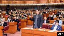 حکمران اتحاد کے اراکینِ اسمبلی کی موجودہ تعداد 180 بنتی ہے۔ حزبِ اختلاف کی جماعتوں کے ارکان کی کل تعداد 160 ہے۔ اگست 2018 میں عمران خان 176 ووٹ لے کر وزیرِ اعظم منتخب ہوئے تھے۔(فائل فوٹو)
