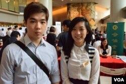 就讀香港中文大學的陳同學(右)及張同學表示,香港的薪金比台灣高,是他們留在香港工作的主要原因之一。(美國之音湯惠芸)