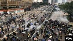 پولیس کی جانب سے احتجاج کرنے والے مظاہرین کو منتشر کرنے کے لیے آنسو گیس اور واٹر کینن کا استعمال کیا گیا