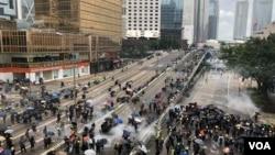 8月31日下午香港警方在政府總部對出的夏愨道連環施放催淚彈驅散示威者。(攝影: 美國之音湯惠芸)