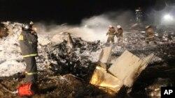 Bomberos sofocan las llamas provocadas al chocar un avión Boeing 737 de una aerolínea rusa.