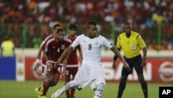 Jordan Ayew exécute un penalty lors du match Ghana-Guinée-Equatoriale, Malabo, le 5 février 2015.