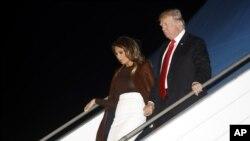 លោកប្រធានាធិបតី ត្រាំ និងស្ត្រីទីមួយ Melania Trump ធ្វើដំណើរចេញពីយន្តហោះ Air Force One កាលពីថ្ងៃទី២៩ វិច្ឆិកា ២០១៨ នៅទីក្រុងប៊ុយណូស៊ែ ប្រទេសអាហ្សង់ទីន។