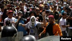 Demonstranti se sukobili se policijom tokom opozicionog preotesta u Karakasu, Venecuela 4. april 2017.