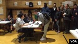 Los votantes empiezan a llegar a las urnas. [Foto: Celia Mendoza, VOA].
