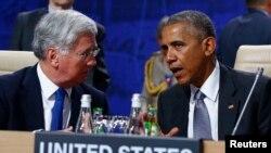 Le président américain Barack Obama, à droite, discute avec le ministre de la Défense britannique Michael Fallon, a droite, lors du sommet de l'OTAN à Varsovie, Pologne, 9 juillet 2016. REUTERS / Kacper Pempel