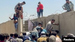 پس از ورود گروه طالبان به شهر کابل هزاران شهروند این کشور تلاش دارند تا از طریق میدان هوایی کابل کشور شان را ترک کنند.