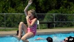 CDC recomienda a los padres no permitir que sus niños ingresen a una piscina si están con diarrea y que aquellas personas que estuvieron infectadas esperen por lo menos dos semanas antes de volver ingresar al agua.