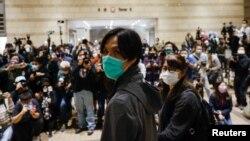參與35+立法會初選的香港民主派人士呂智恆在週五獲得保釋後離開西九龍裁判法院(路透社照片)